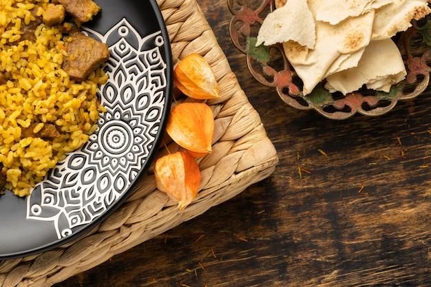 Refeição indiana com arroz e pão sírio