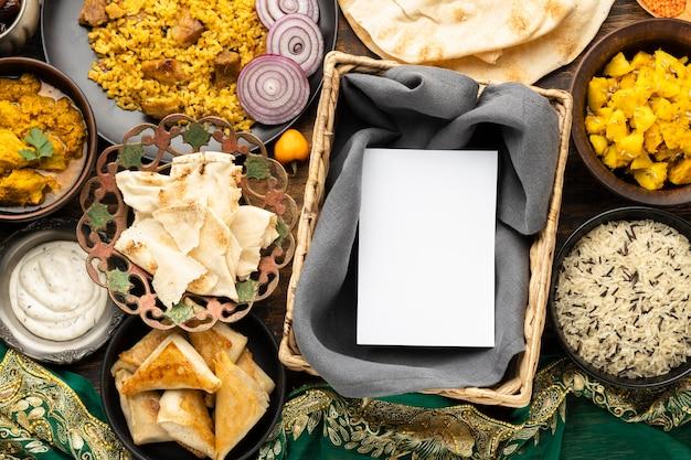 Refeição indiana com pita e arroz