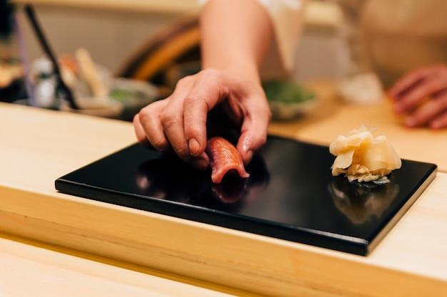 Refeição japonesa de omakase: chutoro sushi (atum rabilho médio) servido à mão