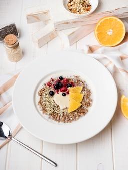 Refeição matinal de vista alta com fatias de frutas cítricas