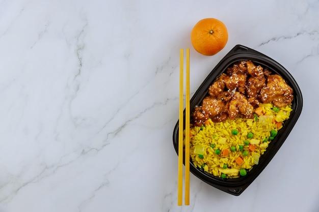 Refeição pronta para comer no recipiente de comida com laranja. vista superior, copie o espaço.