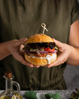 Refeição rica em proteínas de hambúrgueres close up detalhe