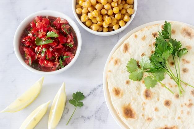 Refeição saborosa vegetariana caseira de tortilhas, salsa e grão de bico.