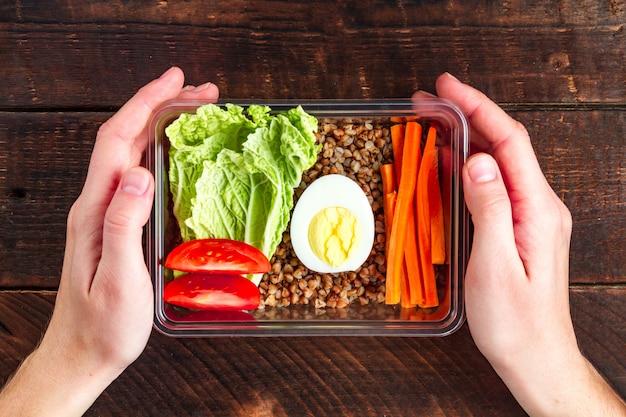 Refeição saudável, dietética e saudável em um recipiente de plástico