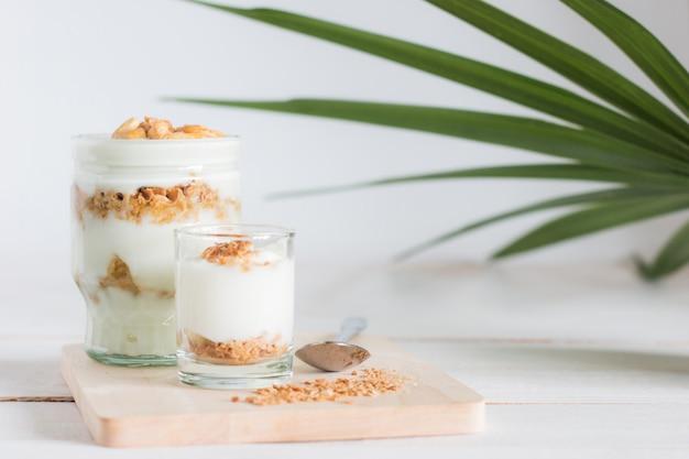 Refeição saudável feita de granola em vidro