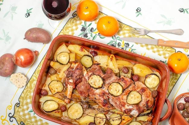 Refeição típica portuguesa de borrego assado com batata e abobrinha.