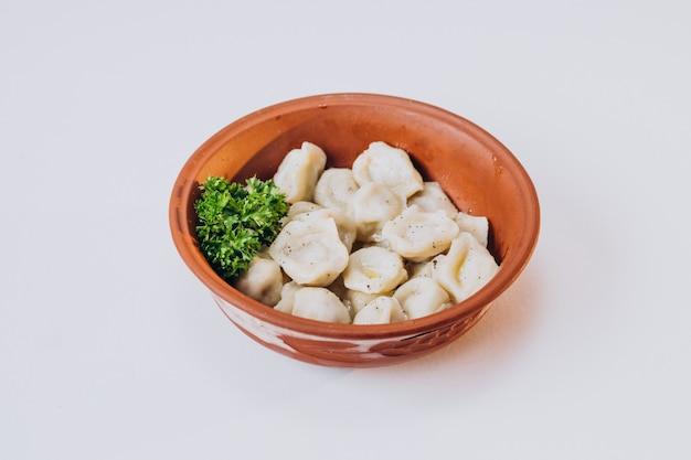 Refeição tradicional ucraniana, pelimeni, massa recheada com carne