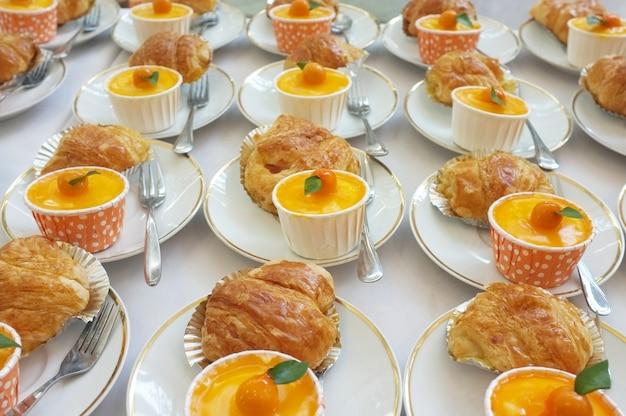 Refeições. comida fora do local. bolo de laranja e croissant