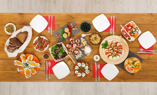 Refeições saudáveis em mesa festiva servidas em jantares