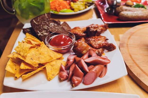 Refeições saudáveis na mesa festiva servida servida