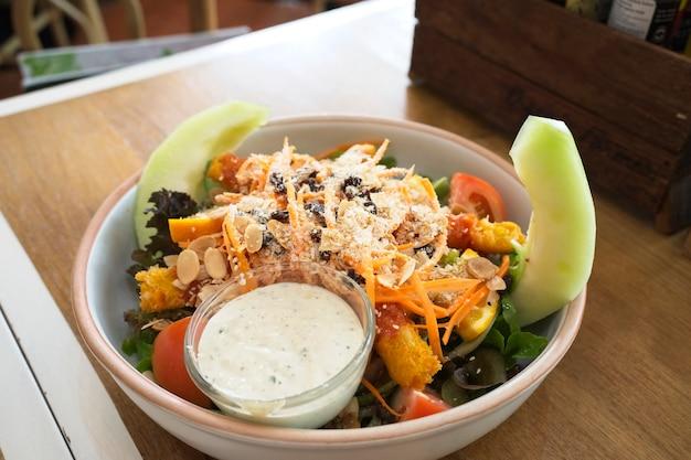 Refeições saudáveis, receitas de dieta, salada mista com camarão frito consiste em legumes frescos