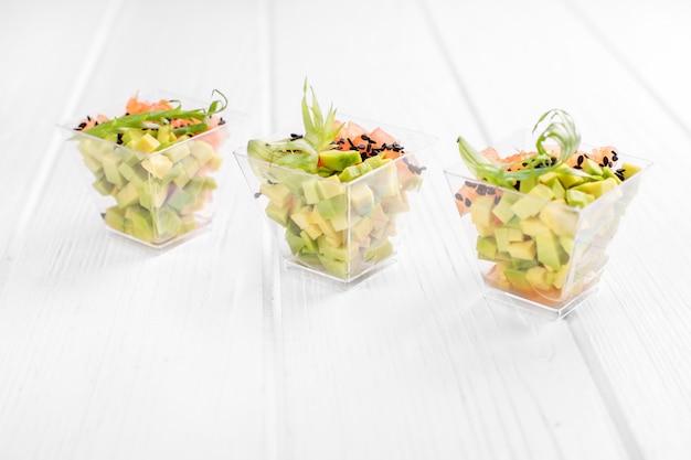 Refeições vegetarianas com abacate e tomate.