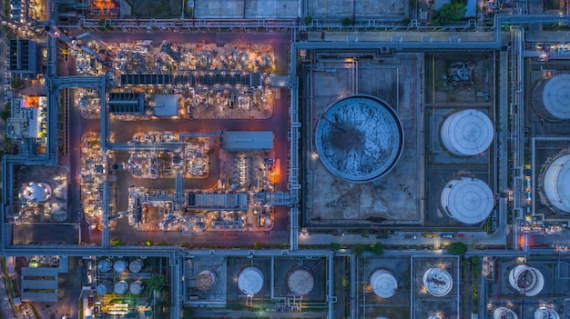 Refinaria de petróleo da vista aérea, planta de refinaria, fábrica da refinaria na noite.