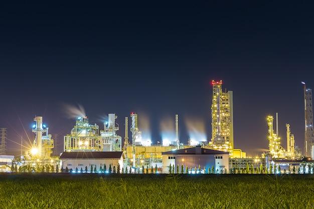 Refinaria de petróleo e petroquímica com torre de resfriamento