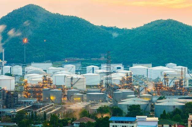 Refinaria de petróleo e trabalhador de gás com grande indústria refinadora.