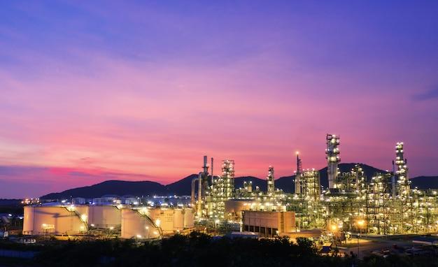 Refinaria de petróleo industrial ao pôr do sol
