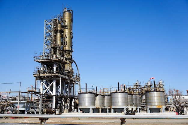 Refinaria de petróleo na rússia. equipamentos e complexos para processamento de hidrocarbonetos