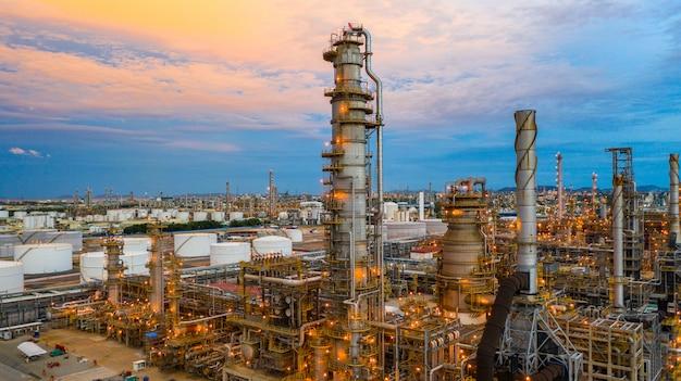 Refinaria de petróleo no crepúsculo, planta petroquímica de vista aérea e planta de refinaria de petróleo.