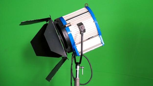 Refletor led de grande estúdio para produção de filme de vídeo ou filme fotográfico com fundo de tela verde