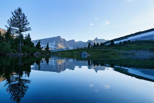 Reflexão da montanha na água, imagem invertida das montanhas na água