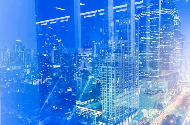 Reflexão de edifícios modernos da cidade na janela