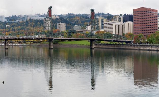 Reflexão de hawthorne no rio willamette