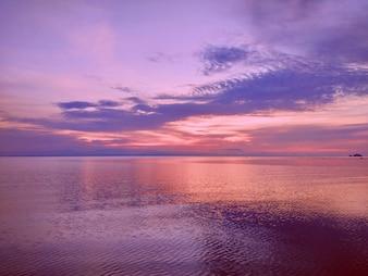 Reflexão de luz sobre a onda de água do mar no tempo da manhã