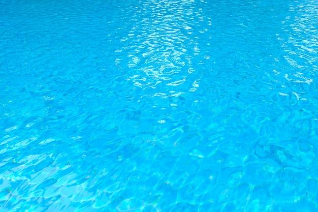 Reflexão de ondulação de água azul no fundo da piscina, reflexão sobre a superfície da água