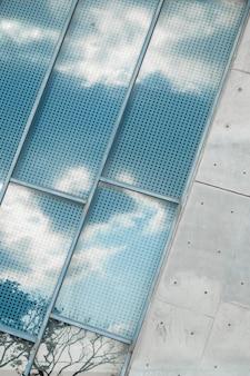 Reflexão de um céu nublado na janela