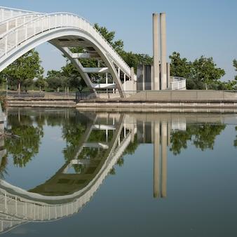 Reflexão de uma ponte branca sobre a água
