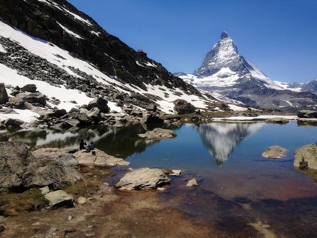 Reflexão de verão matterhorn peak no lago riffelsee, zermatt