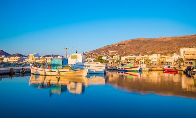 Reflexão do barco de pesca ao pôr do sol