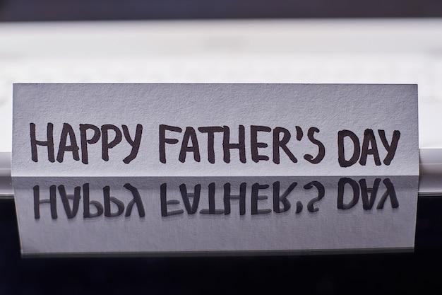 Reflexão do cartão do dia dos pais. saudação de papel em fundo preto. idéia criativa de parabéns.
