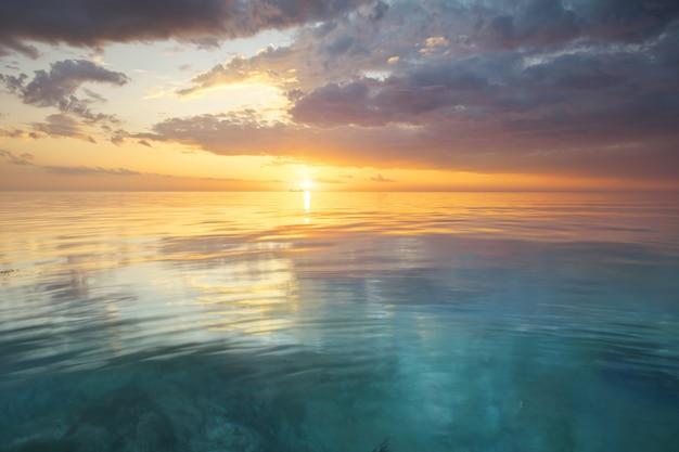 Reflexão do céu e da água no pôr do sol