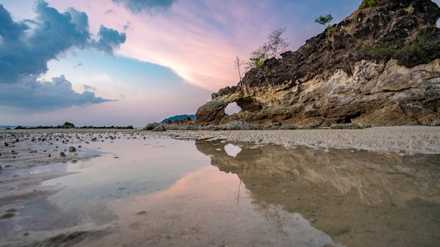 Reflexão do mar da ilha de rock cave