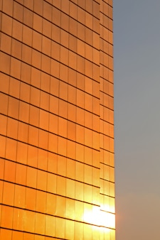 Reflexão do sol na fachada de um arranha-céu