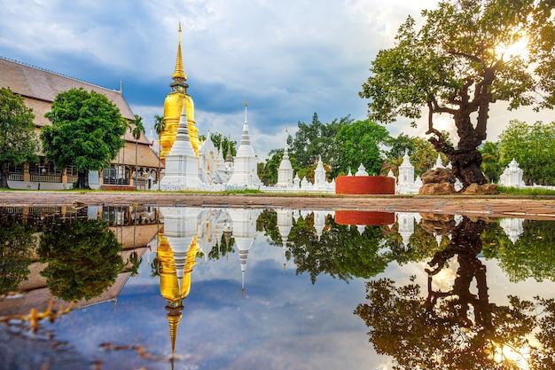Reflexão do templo wat suan dok