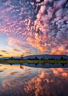 Reflexão dramática de nuvens cor de rosa