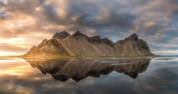 Reflexão sobre a cordilheira na islândia, stokksnes.