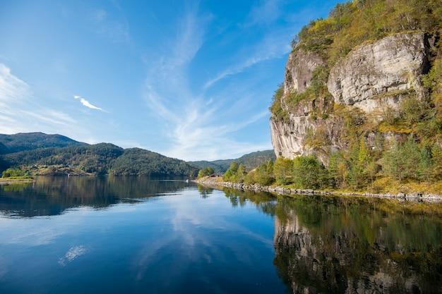 Reflexo bonito do céu e da água do fiorde de bergen, noruega