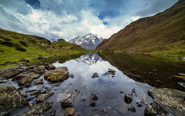 Reflexo da cordilheira no lago, gorkha, nepal