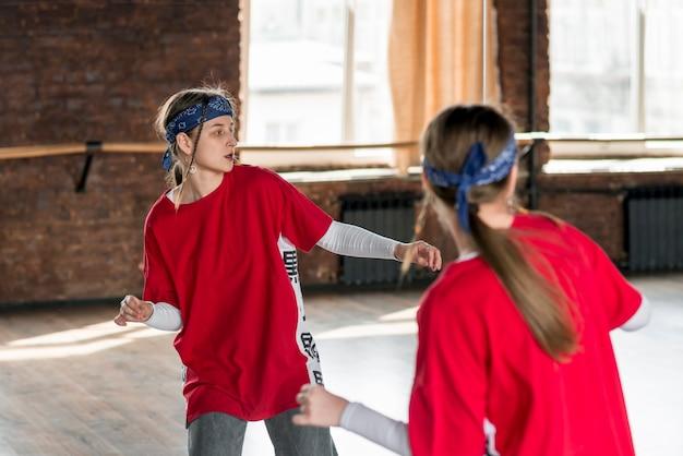 Reflexo da menina dançando no estúdio