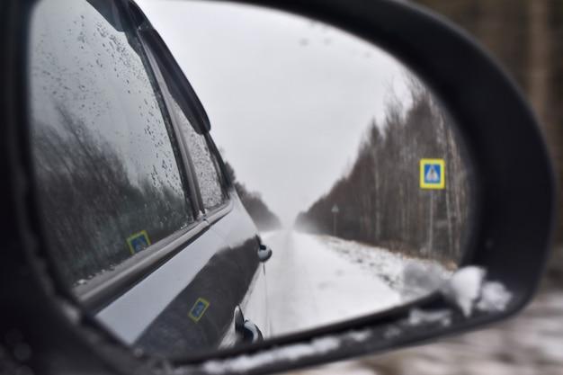 Reflexo da rodovia no espelho
