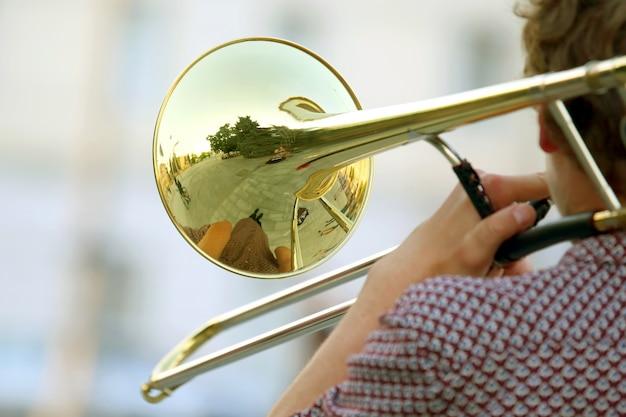 Reflexo da rua no trompete solo de instrumento