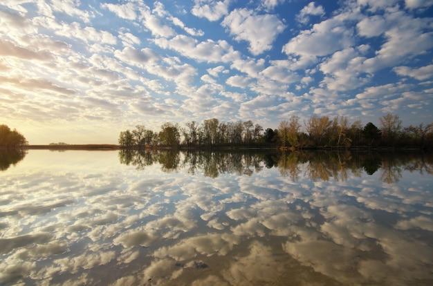 Reflexo de água de manhã.