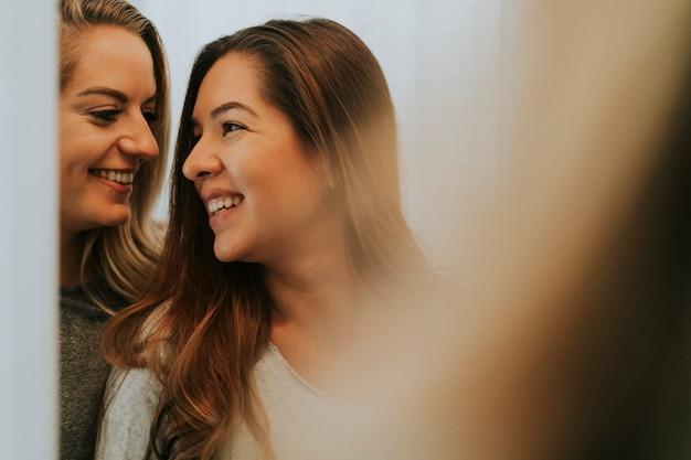 Reflexo de duas meninas felizes