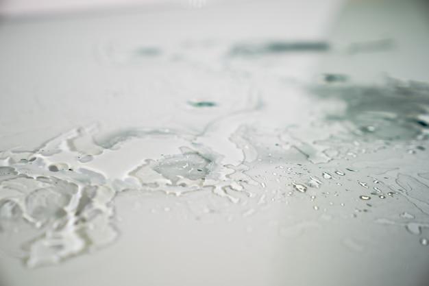 Reflexo de respingos de água no piso de vidro plano