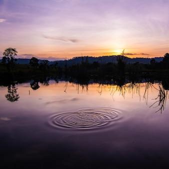 Reflexo do pôr do sol e da água