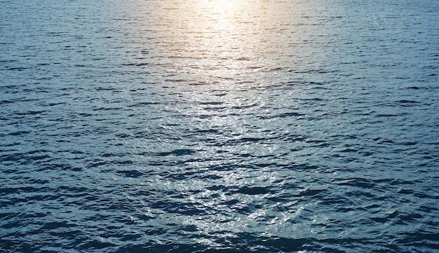 Reflexo do sol no mar azul