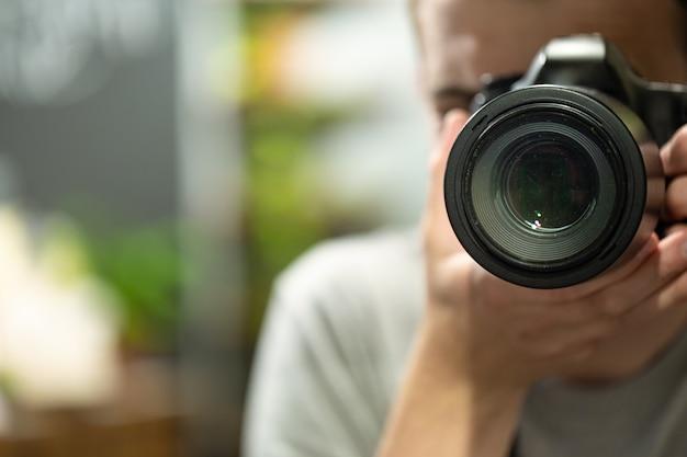Reflexo no espelho de um homem com um espaço da cópia da câmera.